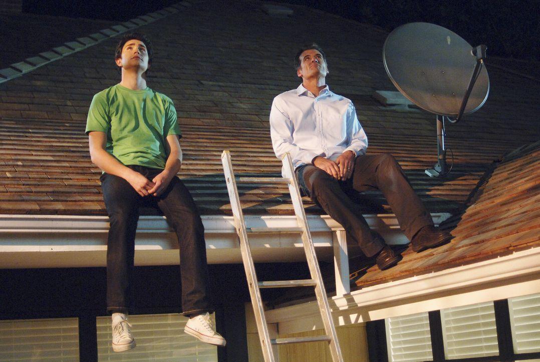 Mit seiner oftmals naiven Art, bringt er die Mitmenschen in seiner Umgebung zum Nachdenken: Kyle (Matt Dallas, l.) und sein Pflegevater Stephen (Bru... - Bildquelle: TOUCHSTONE TELEVISION