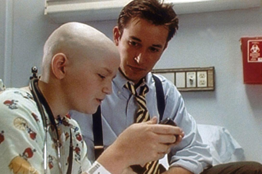 Der kranke Caleb ist verhaltensgestört. Nur dem einfühlsamen Carter (Noah Wyle, r.) gelingt es, ihm näher zu kommen. - Bildquelle: TM+  WARNER BROS.