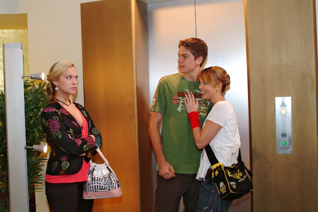 Timo (Matthias Dietrich, M.) und Hannah (Laura Osswald, r.) bemerken nicht, dass Kim (Lara-Isabelle Rentinck, l.) eifersüchtig auf sie reagiert. - Bildquelle: Monika Schürle SAT.1 / Monika Schürle