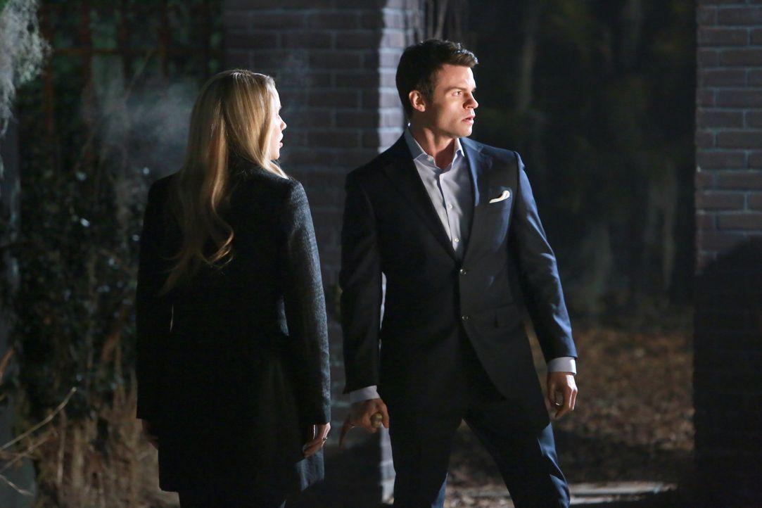 Elijah kann nicht fassen, dass Rebekah nicht geflohen ist - Bildquelle: Warner Bros. Entertainment Inc.