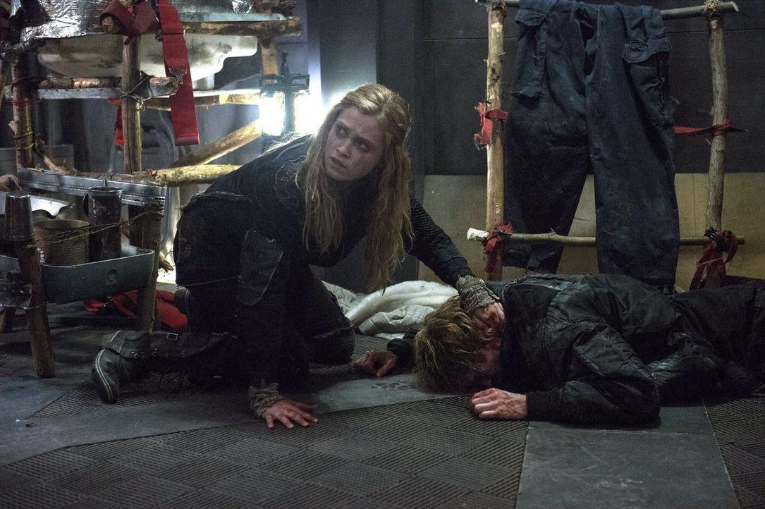 Ist es bereits zu spät, als Clarke (Eliza Taylor) erkennt, was Murphy mit ins Lager gebracht hat? - Bildquelle: Warner Brothers