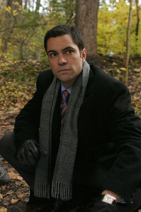 Beim genaueren Betrachten der Ermordeten macht Det. Scott Valens (Danny Pino) eine interessante Entdeckung ... - Bildquelle: Warner Bros. Television