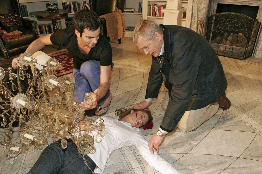 Laura (Olivia Pascal, liegend) ist unter dem herabstürzenden Kronleuchter zusammengebrochen. David (Mathis Künzler, l.) und Friedrich (Wilhelm Man... - Bildquelle: Noreen Flynn Sat.1