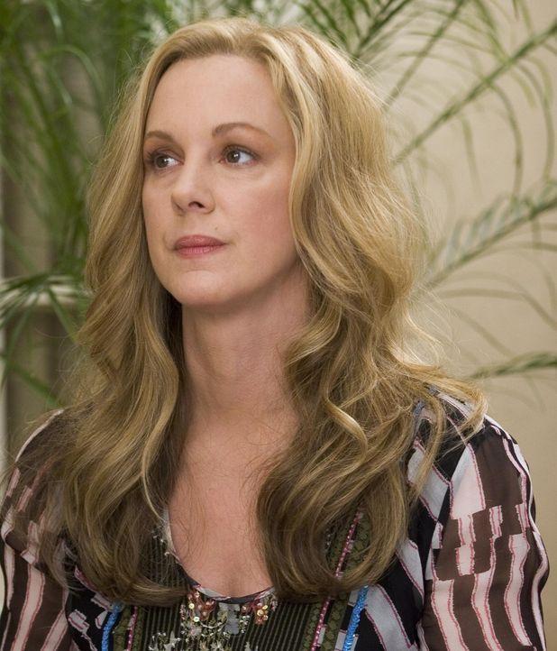 Celia (Elizabeth Perkins) ist an Krebs erkrankt und versucht sich mit der Diagnose abzufinden - doch das ist gar nicht so leicht ... - Bildquelle: Lions Gate Television