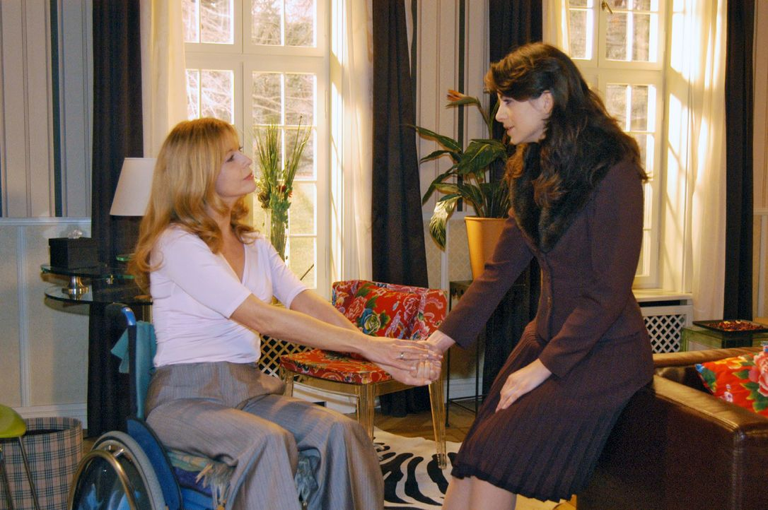 Der Abschied von Laura (Olivia Pascal, l.) fällt Mariella (Bianca Hein, r.) besonders schwer. - Bildquelle: Monika Schürle SAT.1 / Monika Schürle