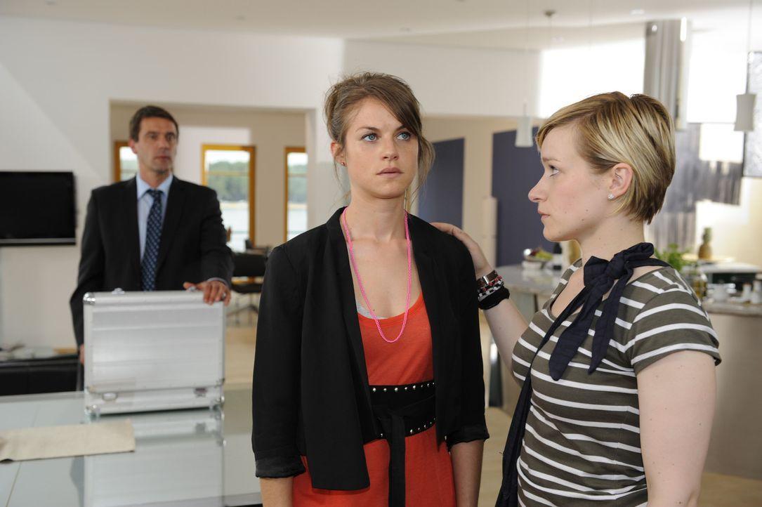 Während sich Stefan (Ulrich Drewes, l.) Sorgen um seinen Sohn Ben macht, kümmert sich Emma (Kasia Borek, r.) liebevoll um Jenny (Lucy Scherer, M.)... - Bildquelle: SAT.1