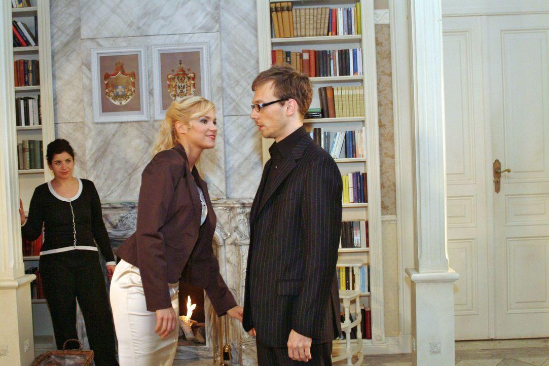 Mit entsprechendem Outfit möchte Jürgen (Oliver Bokern, r.) Sabrina (Nina-Friederike Gnädig, M.) beweisen, dass er Format hat. - Bildquelle: Monika Schürle SAT.1 / Monika Schürle