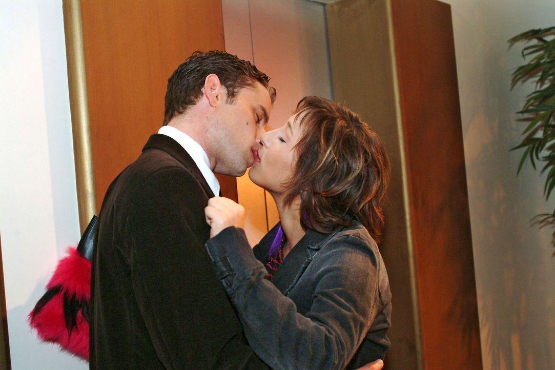 Max (Alexander Sternberg, l.) und Yvonne (Bärbel Schleker, r.) werden plötzlich wieder von ihren Gefühlen übermannt und küssen sich leidenschaftlich... - Bildquelle: Monika Schürle SAT.1 / Monika Schürle