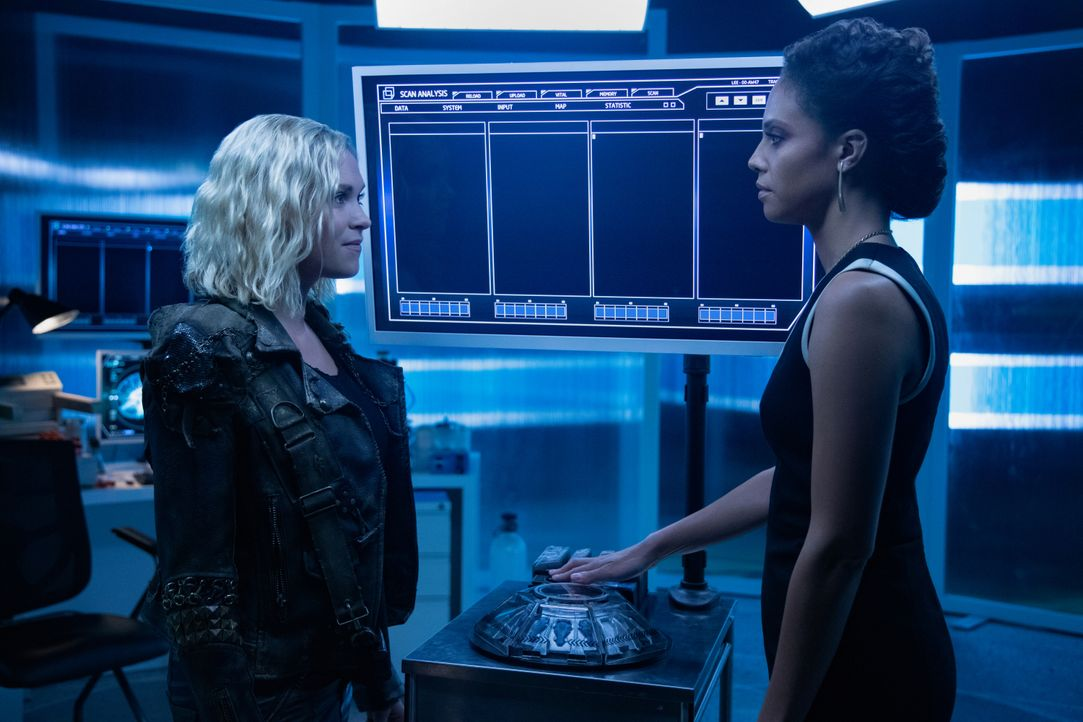 Clarke Griffin / Josephine Lightbourne (Eliza Taylor, l.); Dr. Simone Lightbourne VI (Tattiawna Jones, r.) - Bildquelle: Jack Rowand 2019 The CW Network, LLC. All rights reserved / Jack Rowand