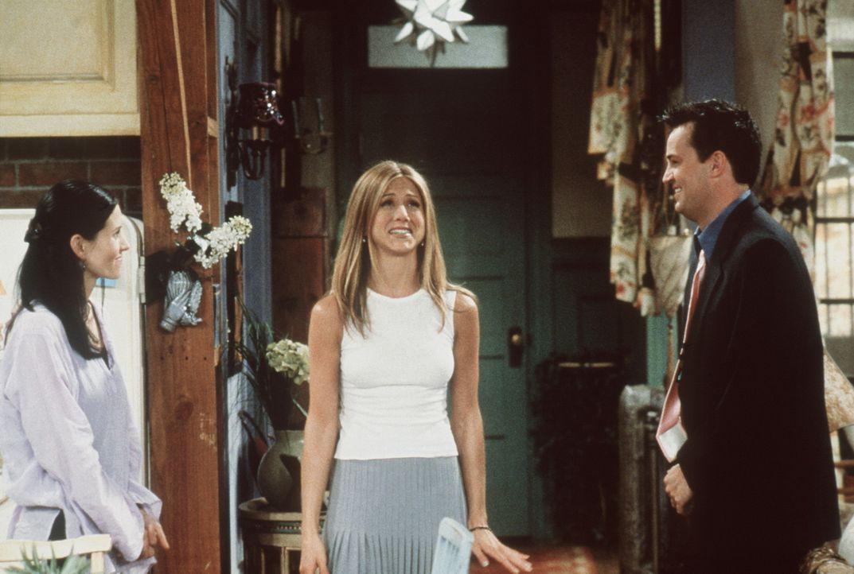 Rachel (Jennifer Aniston, M.) freut sich auf eine Wohngemeinschaft mit Monica (Courteney Cox, l.) und Chandler (Matthew Perry, r.). - Bildquelle: TM+  2000 WARNER BROS.