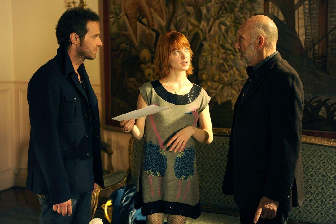 Chloé (Odile Vuillemin, M.) und Matthieu (Guillaume Cramoisan, l.) erkennen schnell, dass die totgeglaubte Frau von Jacques Mirmont (Rufus, r.) und... - Bildquelle: 2008 - Beaubourg Audiovisuel/BeFilms/RTBF (Télévision Belge)