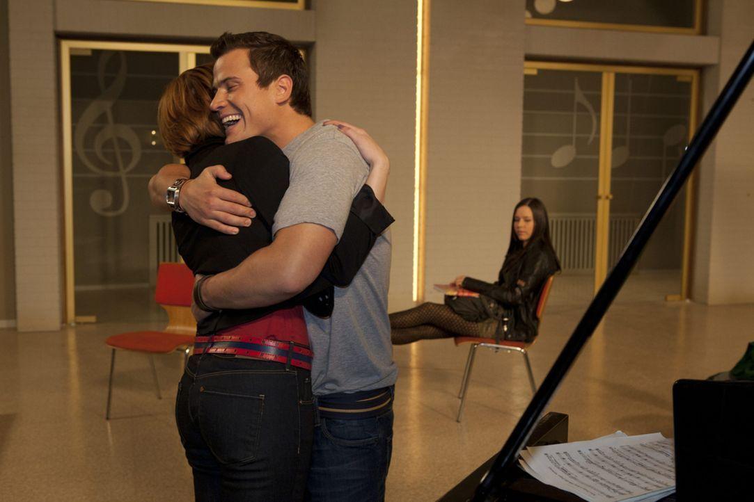 In seinen Bemühungen, ihr zu helfen, versucht Timo (Rocco Stark, M.), Sophie (Franciska Friede, l.) in den Chor zu integrieren. Doch Luzi (Selina M... - Bildquelle: David Saretzki SAT.1