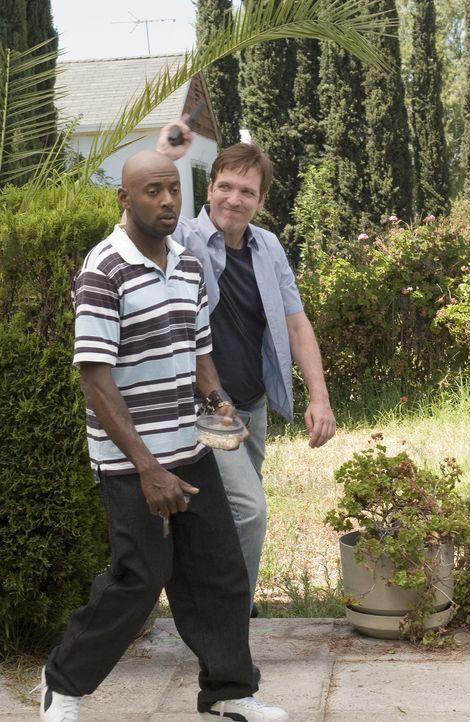 Peter (Martin Donovan, r.) erpresst Conrad (Romany Malco, l.) ... - Bildquelle: Lions Gate Television