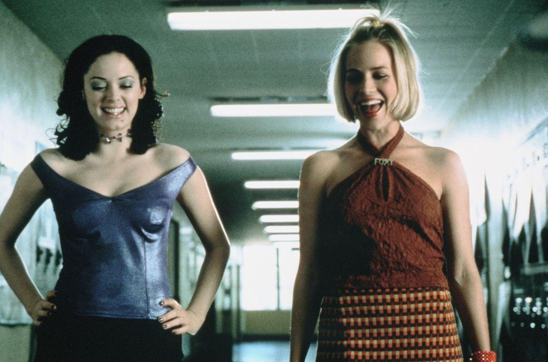 Courtney Shayne (Rose McGowan, l.) hat Marcie Fox (Julie Benz, r.) voll und ganz in ihrer Hand: Schließlich hat sie das hässliche Entlein in einen S... - Bildquelle: Columbia TriStar