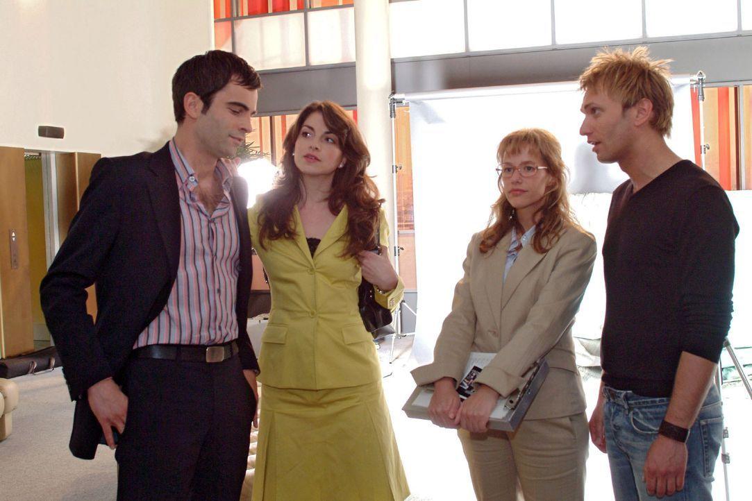 Lisa (Alexandra Neldel, 2.v.r.) ist erleichtert, als Mariella (Bianca Hein, 2.v.l.) endlich zum Fotoshooting mit Marc (Jean-Marc Birkholz, r.) ersch... - Bildquelle: Sat.1