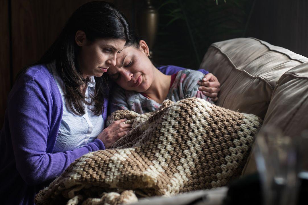 Eine Frau (Michelle D'alessandro Hatt, l.) versucht, die verzweifelten Hazel (Sonya Proehl, r.) zu trösten, nachdem dieser bewusst geworden ist, das... - Bildquelle: Darren Goldstein Cineflix 2015