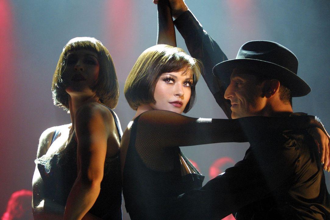 Auf dem Höhepunkt ihres Ruhmes erschießt der Varieté-Star Velma Kelly (Catherine Zeta-Jones, M.) ihre Schwester und ihren Gatten, als sie diese i... - Bildquelle: Miramax Films