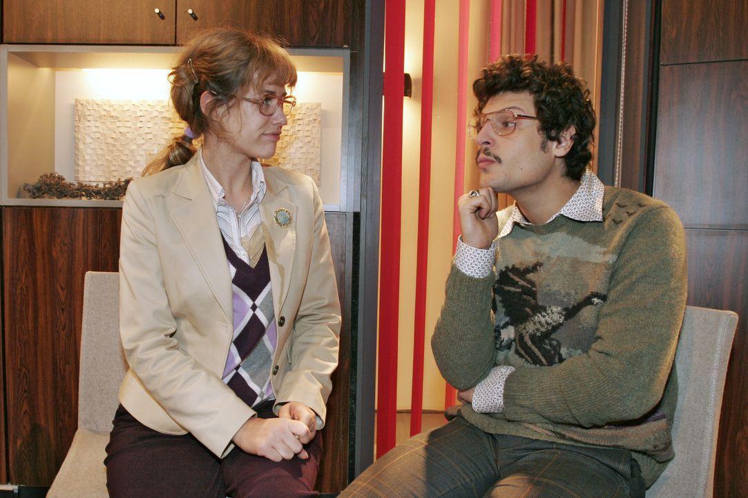 Lisa (Alexandra Neldel, l.) findet in Rokko (Manuel Cortez, r.) einen guten Zuhörer. - (Dieses Foto von Alexandra Neldel darf nur in Zusammenhang mi... - Bildquelle: Noreen Flynn SAT.1 / Noreen Flynn