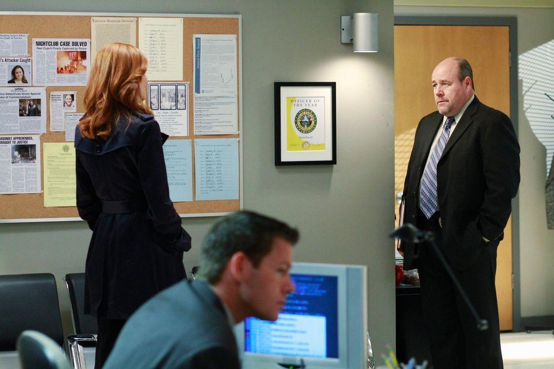 Bree (Marcia Cross, l.) ist auf Chucks Revier und erkundigt sich nach ihm. Detective Murphy (Michael Dempsey, r.) hat interessante Infos für sie ... - Bildquelle: ABC Studios