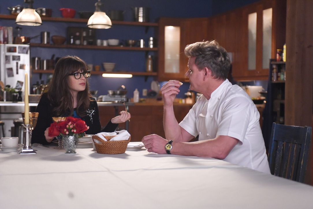 Valentinstag mit Gordon Ramsay (Gordon Ramsay, r.)? Eigentlich wollte Jess (Zooey Deschanel, l.) den Tag der Verliebten als glücklicher Single allei... - Bildquelle: Ray Mickshaw 2017 Fox and its related entities.  All rights reserved.