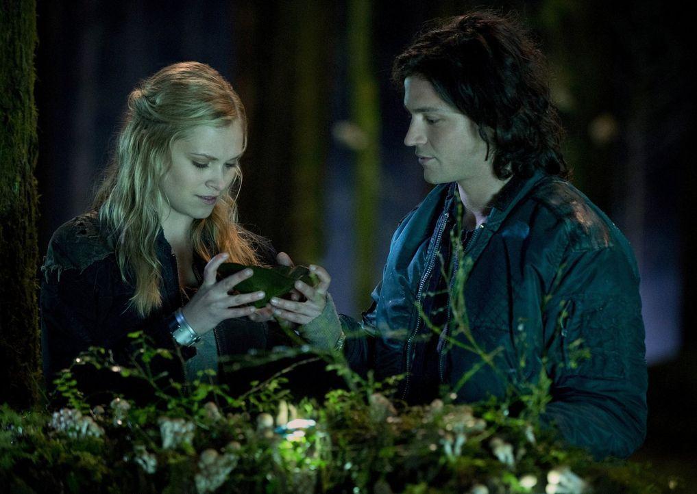 Gemeinsam erkunden sie die Wunder der neuen, alten Welt: Clarke (Eliza Taylor, l.) und Finn (Thomas McDonell, r.) ... - Bildquelle: Warner Brothers