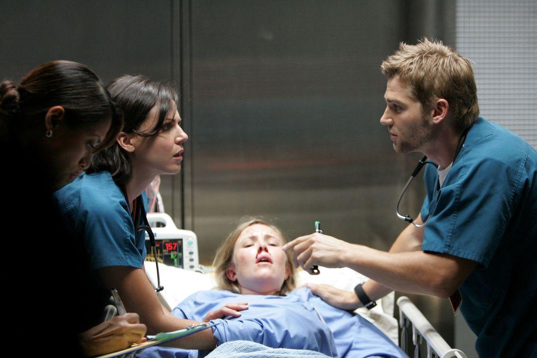 Konkurrierende Top-Chirurgen: Dr. Eva Zambrano (Lana Parilla, l.) und Dr. Christopher DeLeo (Mike Vogel, r.) ... - Bildquelle: Warner Brothers