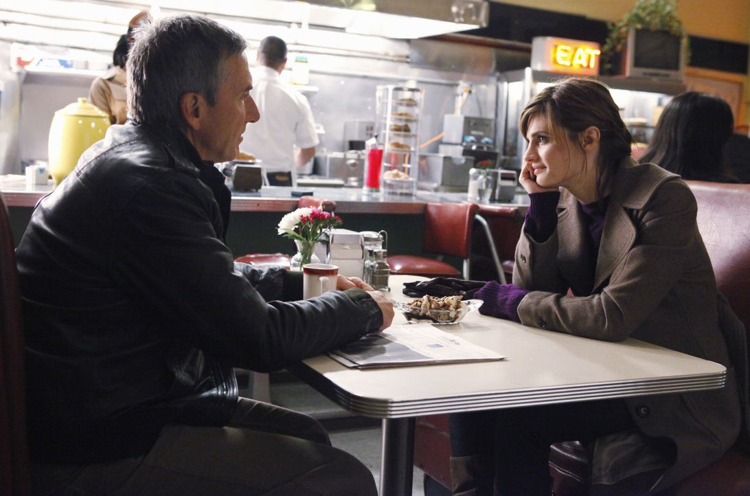 Kate (Stana Katic, r.) erzählt ihrem Vater Jim (Scott Paulin, l.), dass sie eine neue Spur des Mörders ihrer Mutter verfolgt... - Bildquelle: ABC Studios