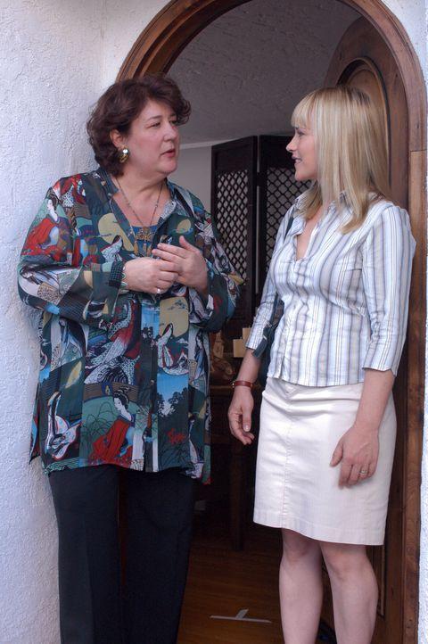 Allison (Patricia Arquette, r.) erhofft sich von der Wahrsagerin Catherine (Margo Martindale, l.) Hilfe, ihren letzten Traum zu deuten ... - Bildquelle: Paramount Network Television