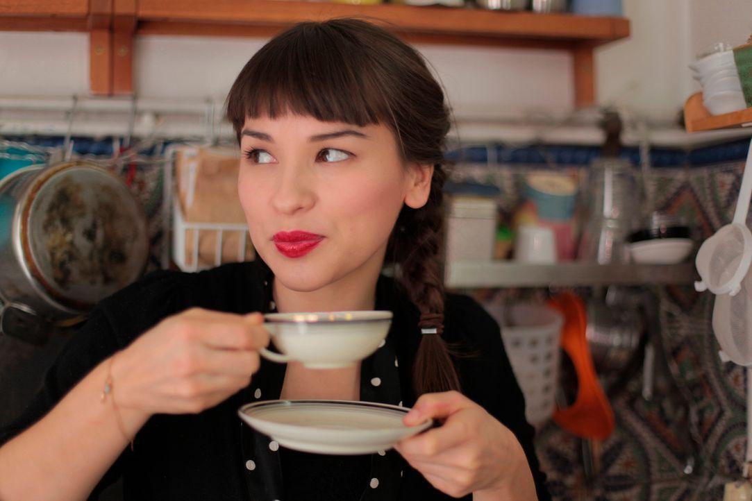 Rachel Khoo mit einer Tasse Tee - Bildquelle: Plum Pictures 2012