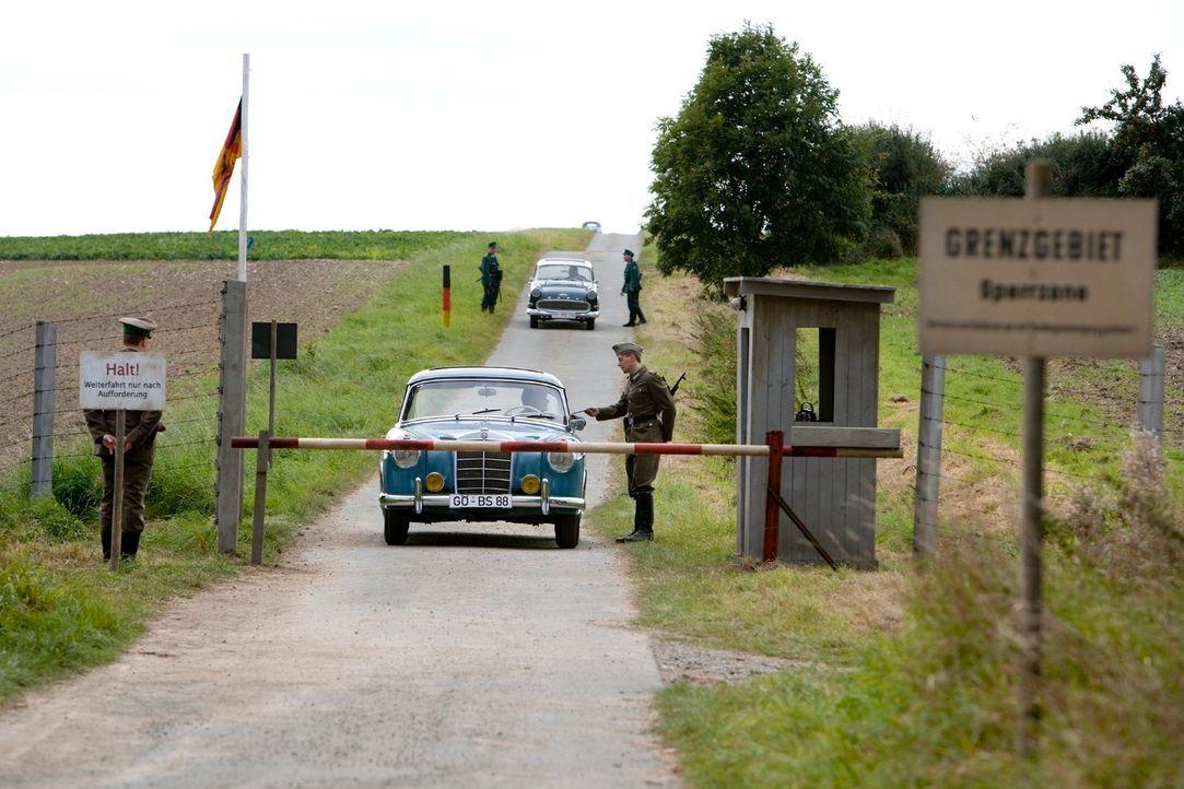 Regelmäßig bringt Tonias guter Freund Harald, der auf der anderen Seite der Grenze lebt, Westwaren in die Zone. Als sich die Dorfbewohner von Böseck... - Bildquelle: Richard Hübner Sat.1