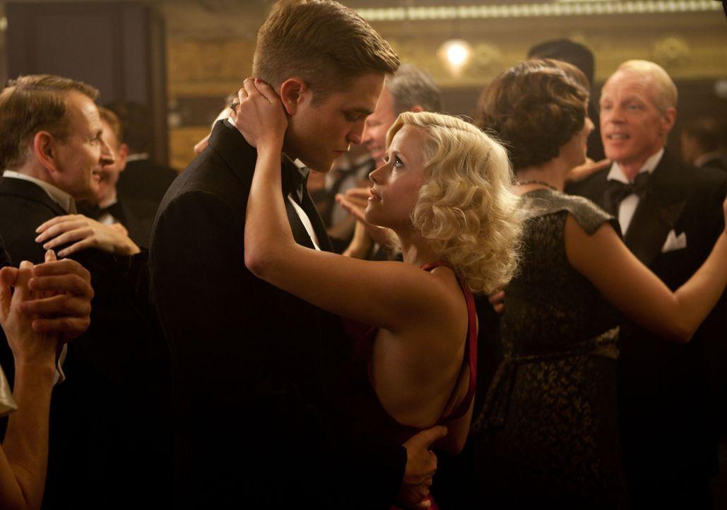 Wird ihnen ihre Liebe zum Verhängnis? Jacob (Robert Pattinson, l.) und Marlena (Reese Witherspoon, r.) ... - Bildquelle: David James 2011 Twentieth Century Fox Film Corporation. All rights reserved. / David James