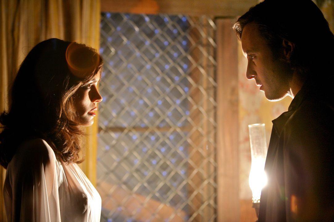 Als Mick (Alex O'Loughlin, r.) seine frisch angetraute Frau Coraline (Shannyn Sossamon, l.) bei ihrem schrecklichen Vorhaben ertappt, zögert er nich... - Bildquelle: Warner Brothers