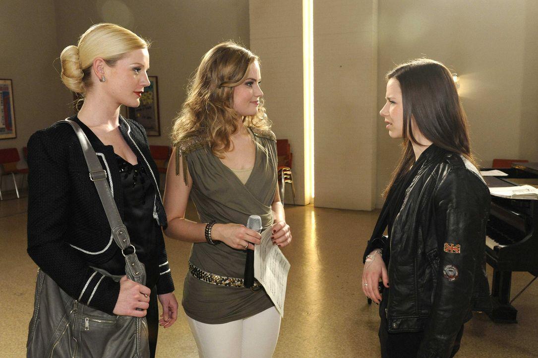 Die STAG durchschaut Caros plötzliches Interesse, als sie von der Einladung zum Produzenten Peters erfährt. Helena (Kim-Sarah Brandts), Caro (Sonj... - Bildquelle: SAT.1