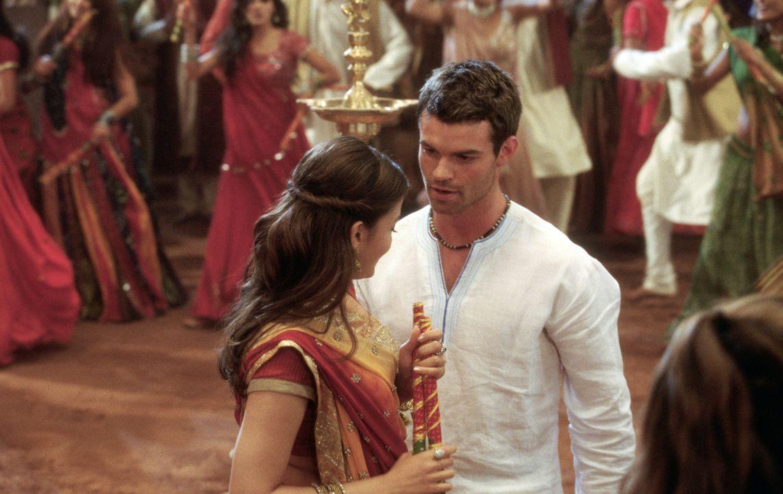 Noch weiß Lalita (Aishwarya Rai, l.) nicht, dass der charmante Johnny Wickham (Daniel Gillies, r.) nicht der ist, der er zu sein scheint ... - Bildquelle: Miramax Films
