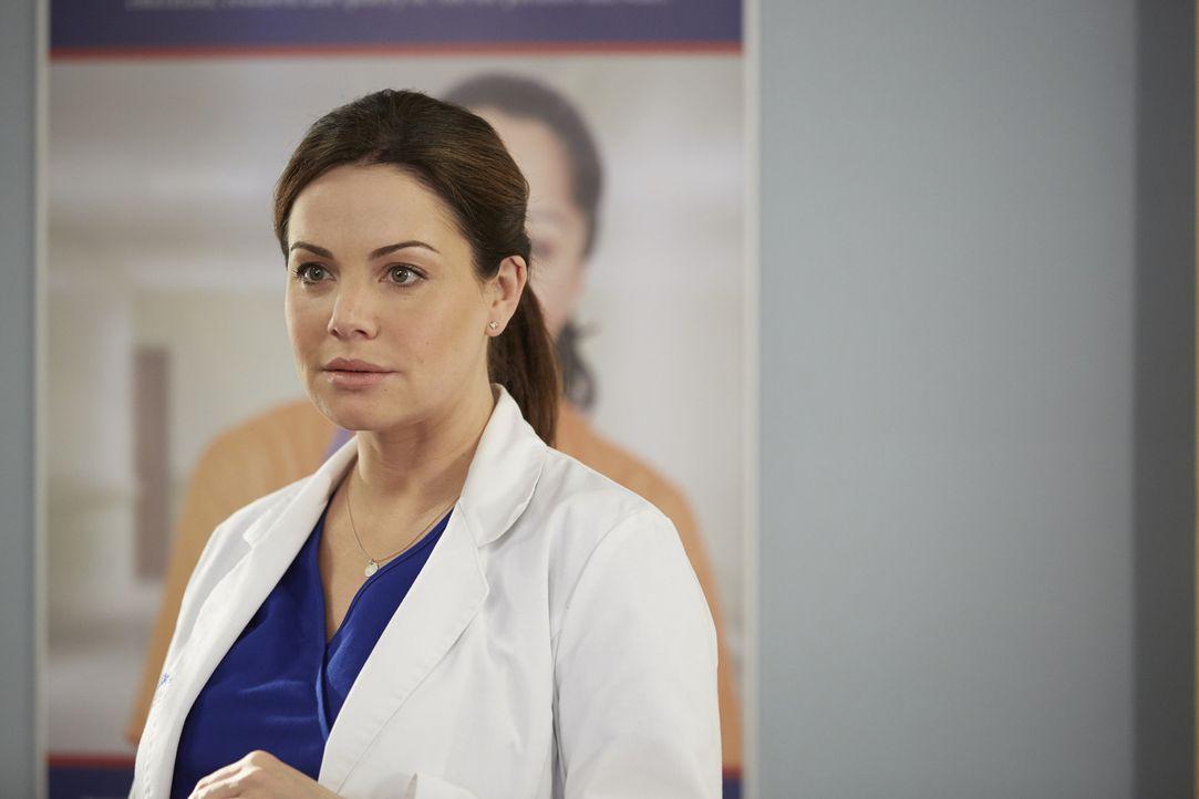 Nachdem Alex (Erica Durance) einen Patienten verliert, wird sie von dessen Geist verfolgt ... - Bildquelle: Ken Woroner 2014 Hope Zee Three Inc.