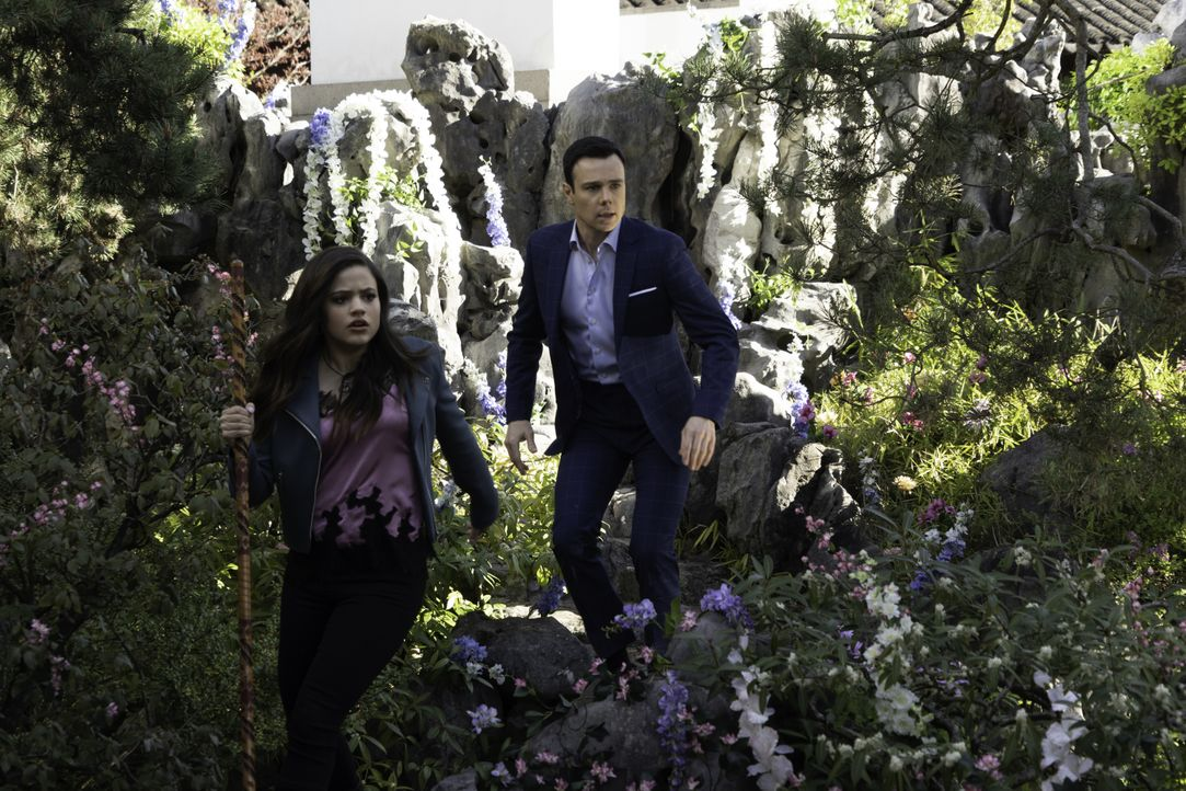 Maggie Vera (Sarah Jeffery, l.); Harry Greenwood (Rupert Evans, r.) - Bildquelle: Colin Bentley 2019 The CW Network, LLC. All rights reserved. / Colin Bentley