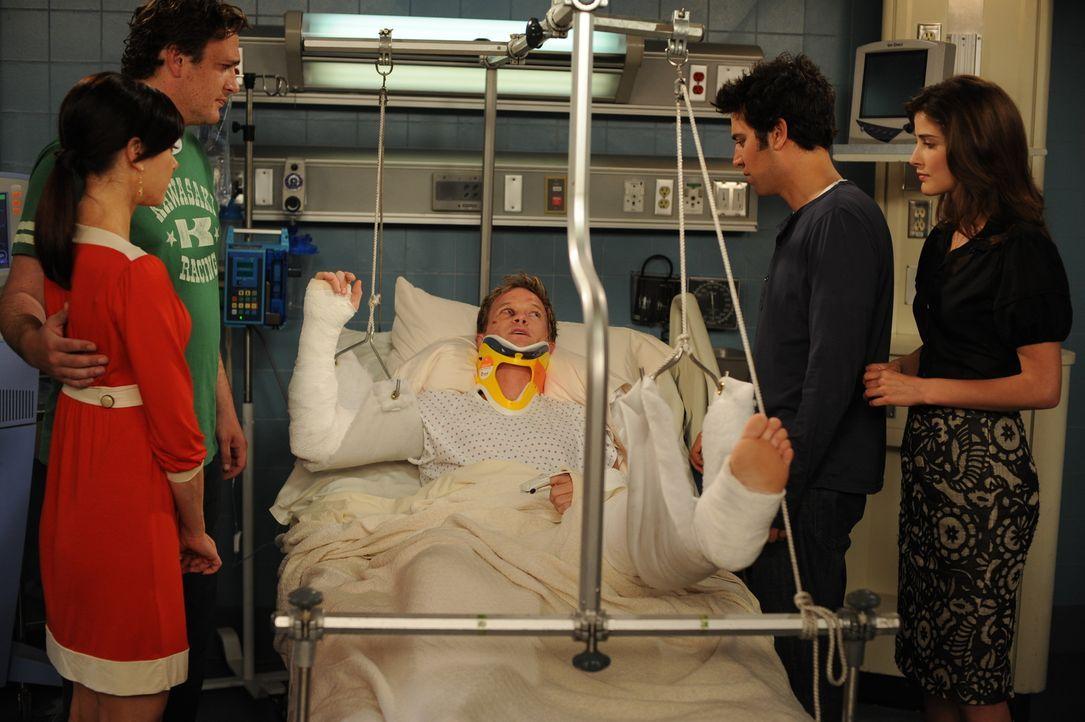Barney (Neil Patrick Harris, M.), der von Teds Unfall gehört hat, will schnell ins Krankenhaus und wird prompt von einem Bus angefahren. Gemeinsam k... - Bildquelle: 20th Century Fox International Television