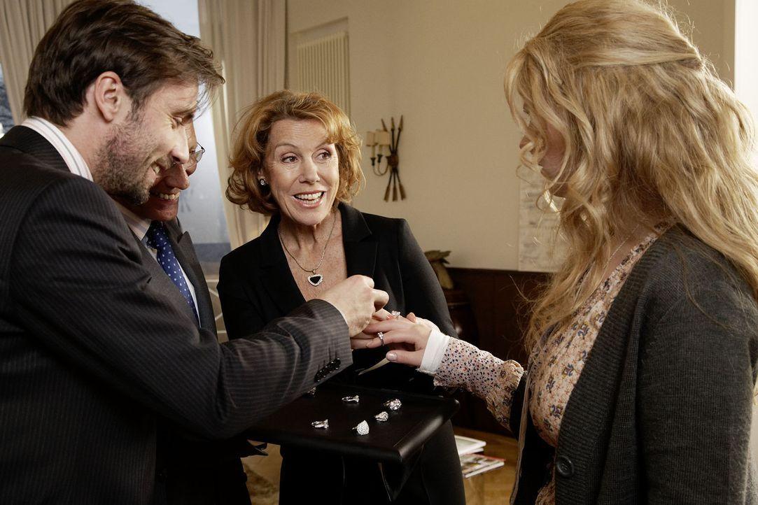 Max von Fürstenberg (Lucas Gregorowicz, l.) liebt Jana (Diana Amft, r.) über alles. Bereits in der vierten Woche ihrer Bekanntschaft macht er ihr... - Bildquelle: Dirk Dunkelberg Sat.1