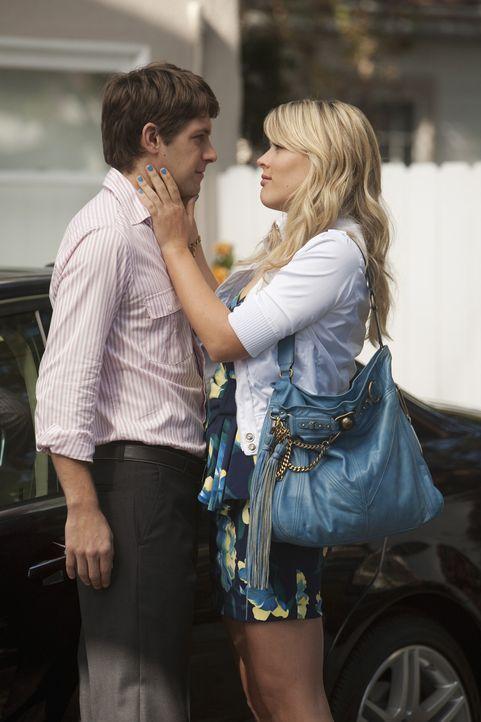 Der Abschied fällt Smith (Ryan Devlin, l.) schwer, doch zum Glück hat die verrückte Laurie (Busy Philipps, r.) da ihre eigene spezielle Methode ... - Bildquelle: 2009 ABC INC.