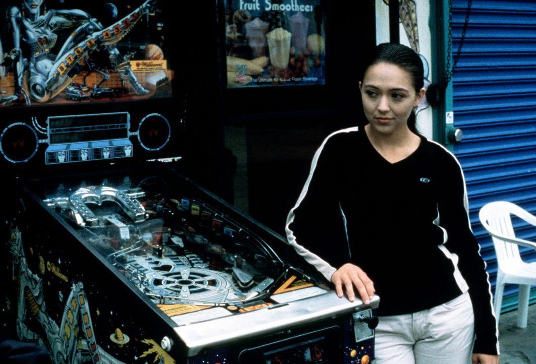 Catherine (Holly Towne) auf Beobachtungsposten beim Flipperautomaten ... - Bildquelle: Kushner-Locke Company