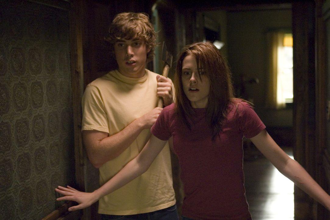 Wagen sich in den ominösen Keller des Hauses: Bobby (Dustin Milligan, l.) gibt Jess (Kristen Stewart, r.) Rückendeckung ... - Bildquelle: 2005 GHP-3 SCARECROW, LLC.