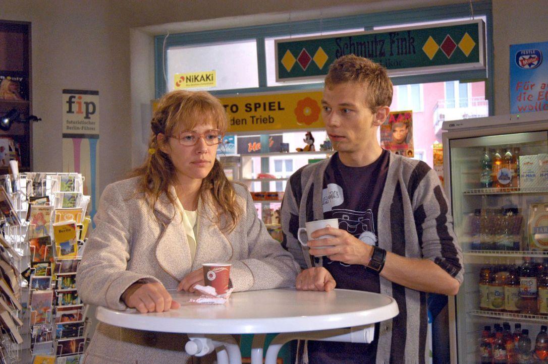 Gegenüber Jürgen (Oliver Bokern, r.) verflucht sich Lisa (Alexandra Neldel, l.), dass sie nicht offen zu David war, als dieser seine Beziehung zu Ma... - Bildquelle: Noreen Flynn SAT.1 / Noreen Flynn