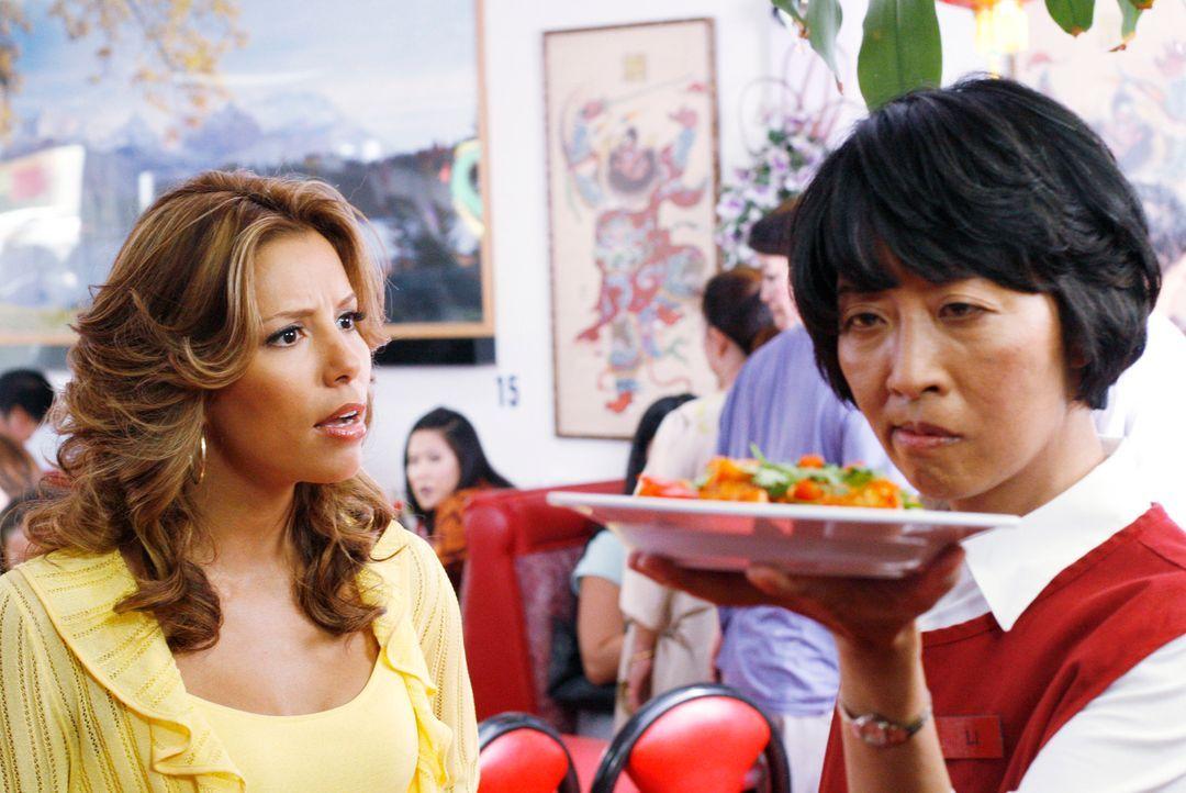 Gabrielle (Eva Longoria, l.) bittet Li Wang (Jeanne Sakata, r.), ihr zu sagen wo sich Xiao-Mei aufhält, doch statt eine Antwort zu bekommen, wird si... - Bildquelle: 2005 Touchstone Television  All Rights Reserved