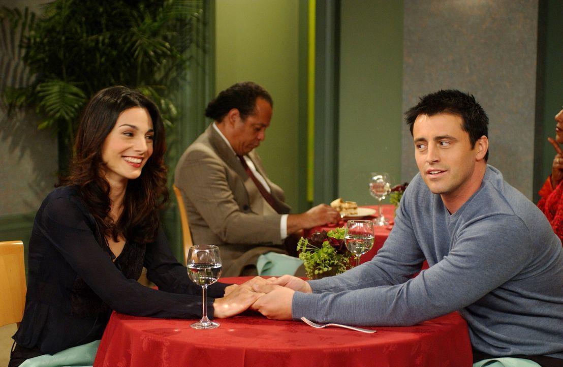 Joey (Matt LeBlanc, r.) plant ein romantisches Abendessen mit Sarah (Annie Parrisse, l.), doch daraus wird nichts, als Joey von Sarahs Essgewohnheit... - Bildquelle: 2003 Warner Brothers International Television