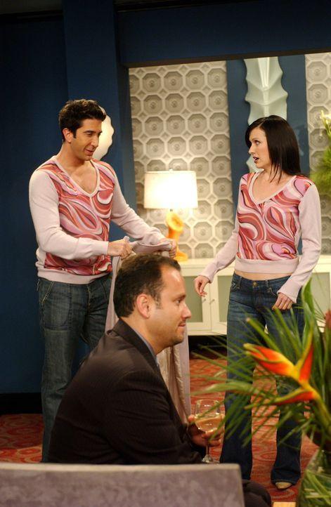 Unglücklicherweise trägt Ross (David Schwimmer, l.) das gleiche T-Shirt wie Joan (Carla Toutz, r.) ... - Bildquelle: 2003 Warner Brothers International Television