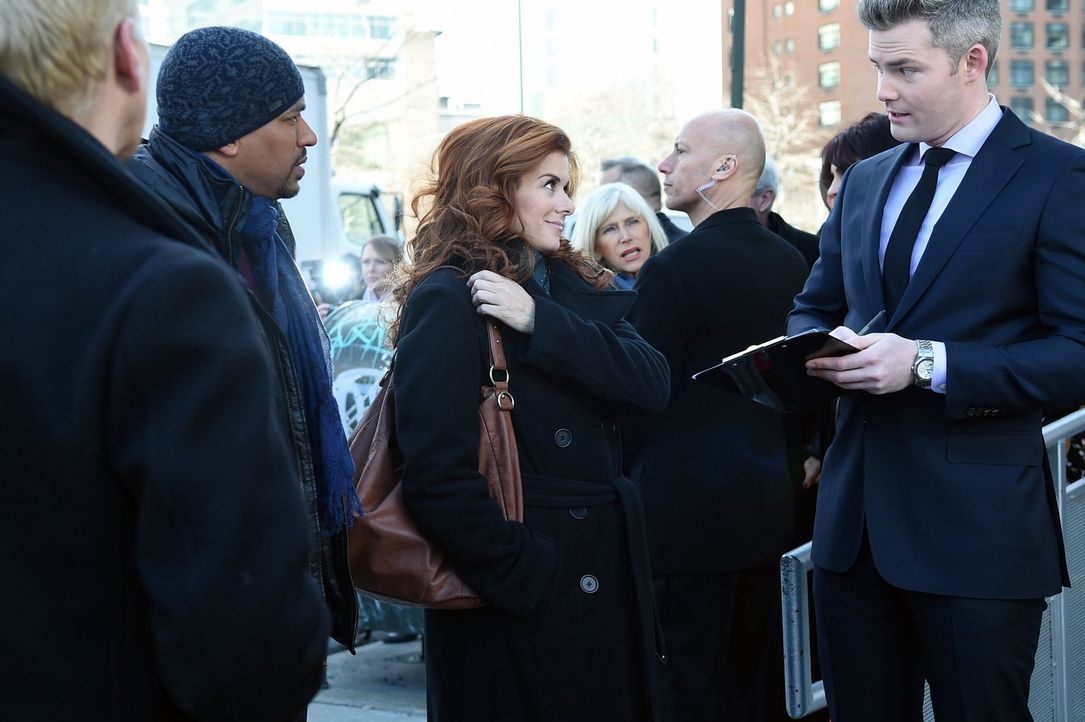 Als ein Fahrradkurier in den Straßen von New York erschossen wird, beginnen Laura (Debra Messing, M.) und Billy (Laz Alonso, l.) mit den Ermittlunge... - Bildquelle: Warner Bros. Entertainment, Inc.