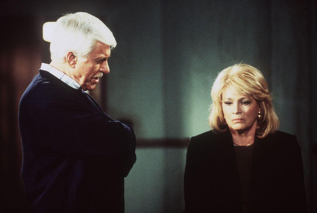 Captain Pike (Angie Dickinson, r.) gesteht Mark Sloan (Dick Van Dyke, l.), die Frau von Senator Watson ermordet und den Verdacht auf den Senator gel... - Bildquelle: Viacom