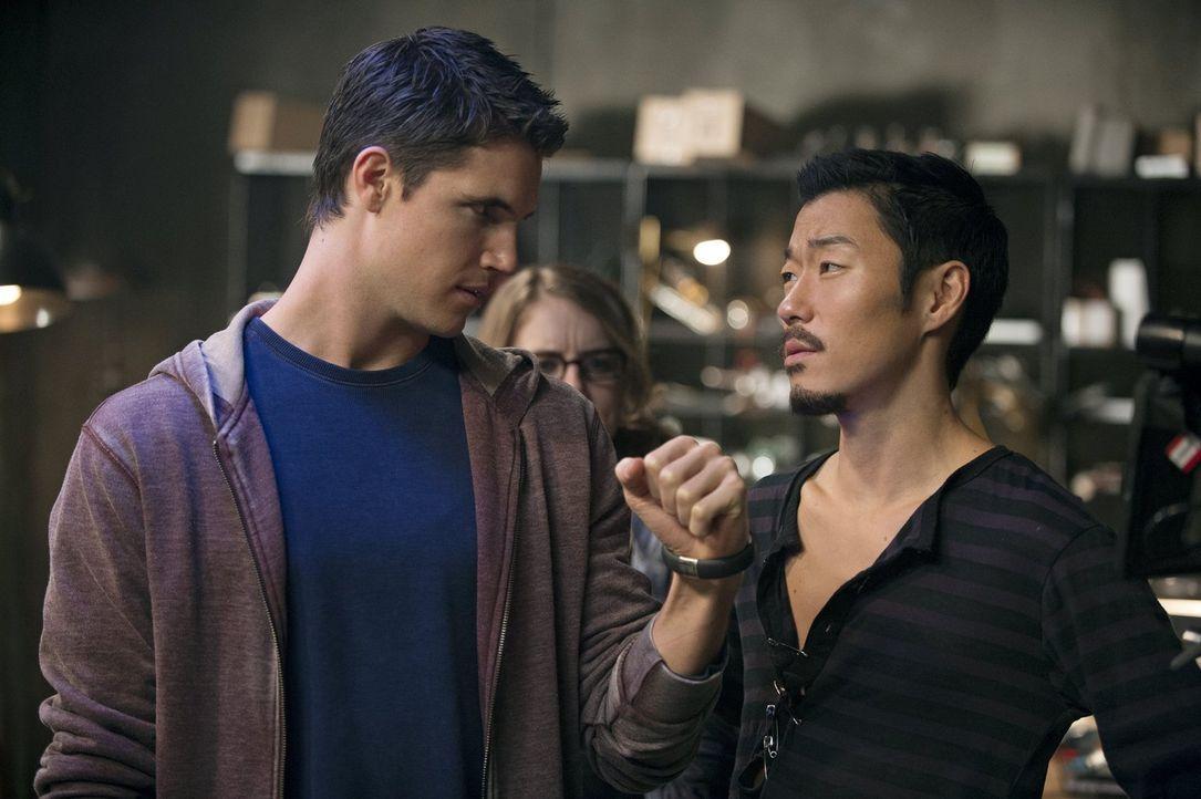 Als nicht einmal Russell (Aaron Yoo, r.) und die anderen Tomorrow People Stephen (Robbie Amell, l.) helfen können ein unliebsames Armband los zu wer... - Bildquelle: Warner Bros. Entertainment, Inc