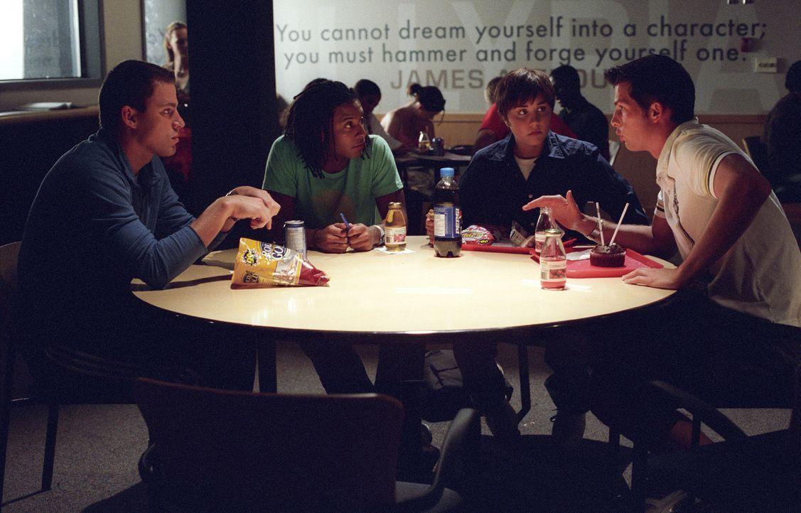 Viola (Amanda Bynes, 2.v.r.) versucht sich in die Männergespräche von Duke (Channing Tatum, l.) Toby (Brandon Jay McLaren, 2.v.l.) und Andrew (Cli... - Bildquelle: Kinowelt Home Entertainment