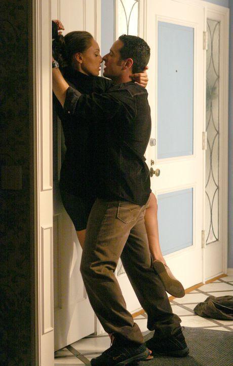 Lassen ihren Gefühlen freien Lauf: Liz Warner (Aya Sumika, l.) und Don (Rob Morrow, r.) ... - Bildquelle: Paramount Network Television